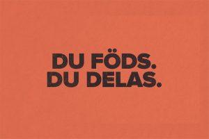 """Svart text """"Du föds. Du delas."""" Visas på orange bakgrund."""
