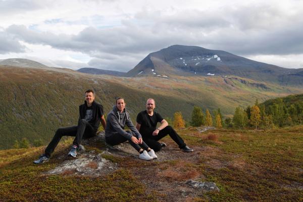 Rickard, Johanna och Martin på bergstopp i Tromsö.
