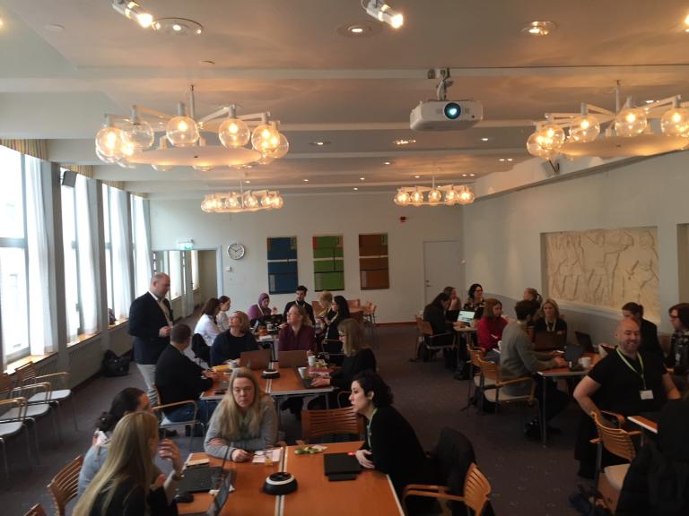 40-tal av deltagarna vid Xtractors användarforum, sittande vid olika bord.