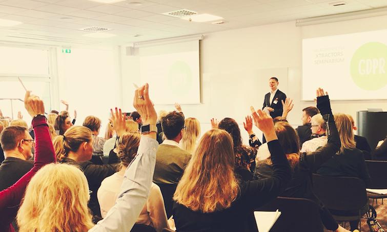 Niklas presenterar på seminarium framför deltagare.