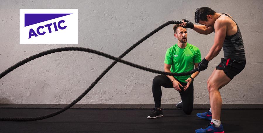 Actic logotyp samt person som tränar med PT på gym.