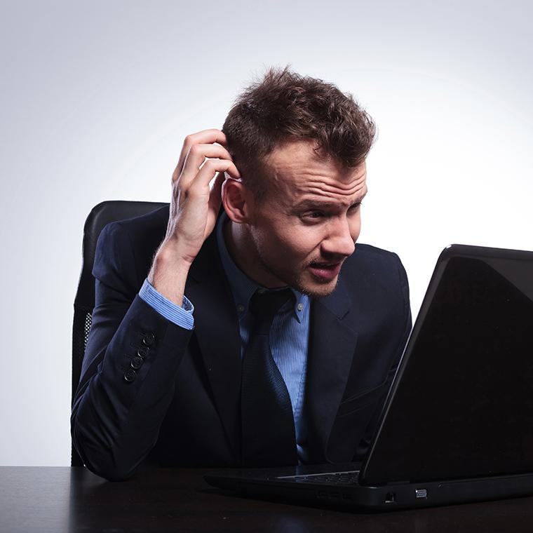 En man som arbetar med att göra en målgruppsanalys.