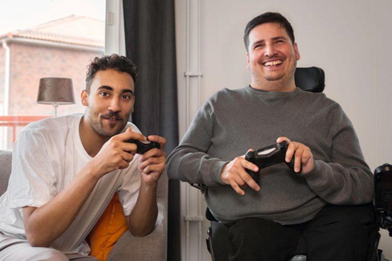 Mattias och Bari spelar tv-spel.